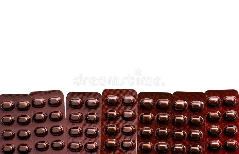 De geneeskunde van tablettenpillen in licht bestand blaarpak op witte achtergrond met exemplaarruimte Vitaminen en de pillen F va stock foto's