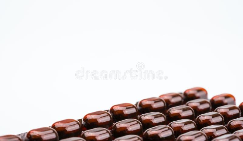 De geneeskunde van tablettenpillen in licht bestand blaarpak op witte achtergrond met exemplaarruimte Vitaminen en de pillen F va stock fotografie