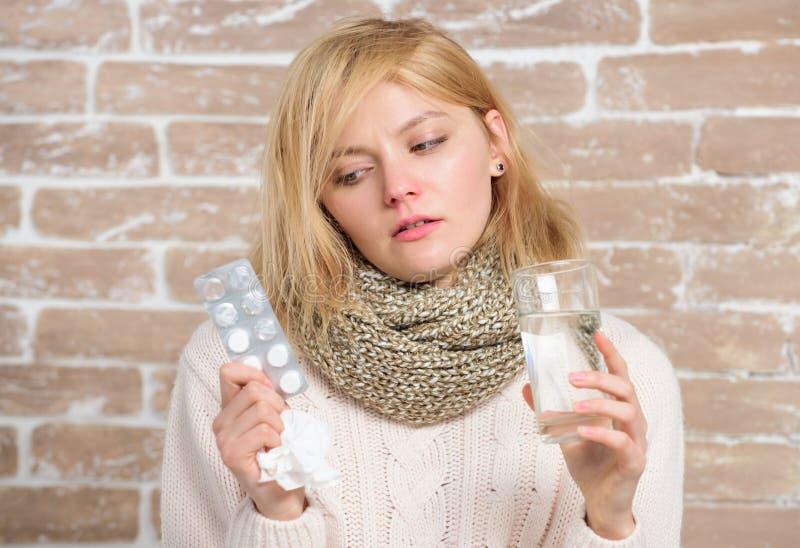 De geneesmiddelen kunnen haar wat hulp geven Ziek meisje die anti koude pillen nemen r ziek royalty-vrije stock foto