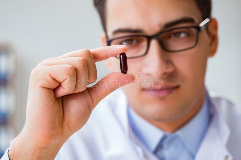 De geneesmiddelen van de artsenholding in het laboratorium royalty-vrije stock afbeeldingen