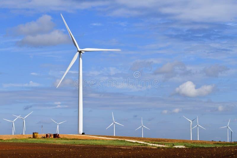 De generator van de wind op het landbouwbedrijfland van Texas stock foto's