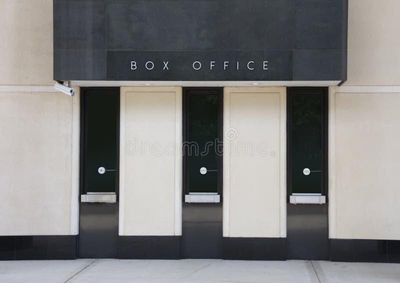 De generische vensters van het bespreekbureaukaartje bij theater voor spelenfilms en toont met drie vensters stock foto