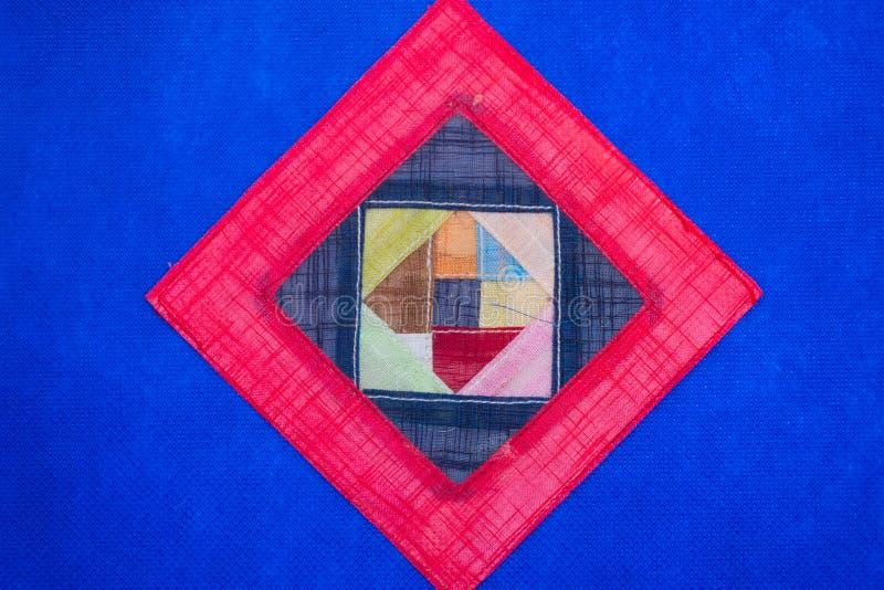 De geometrische vlakte legt blauwe achtergrond, levendige kleuren van roze en rode driehoeksvormen Open concept royalty-vrije stock afbeelding