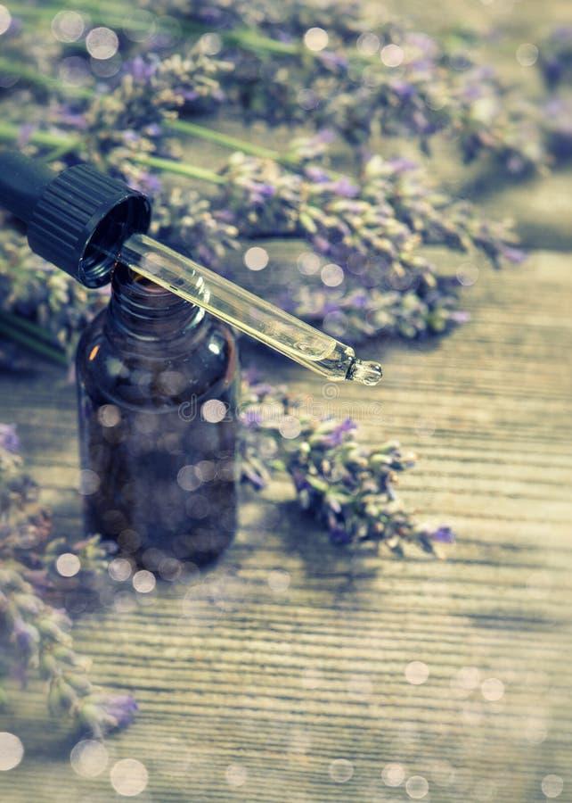 De geparfumeerde kruidenolieessentie en dreied lavendelbloemen Selecti stock fotografie
