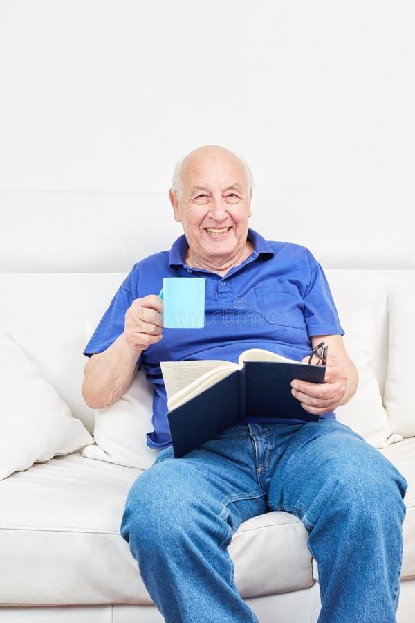 De gepensioneerde in een hogere woonplaats drinkt koffie royalty-vrije stock fotografie