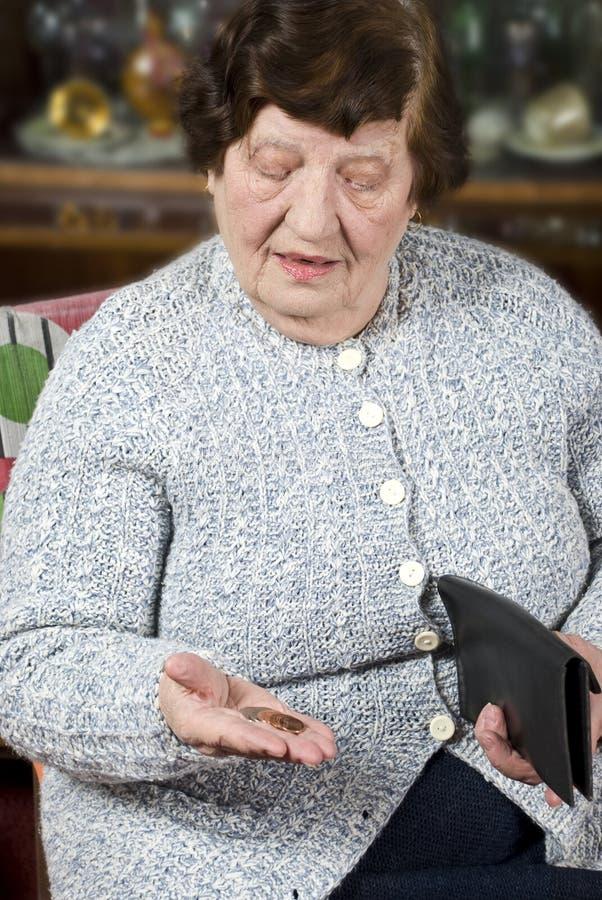 De gepensioneerde telt haar laatste geld stock afbeeldingen