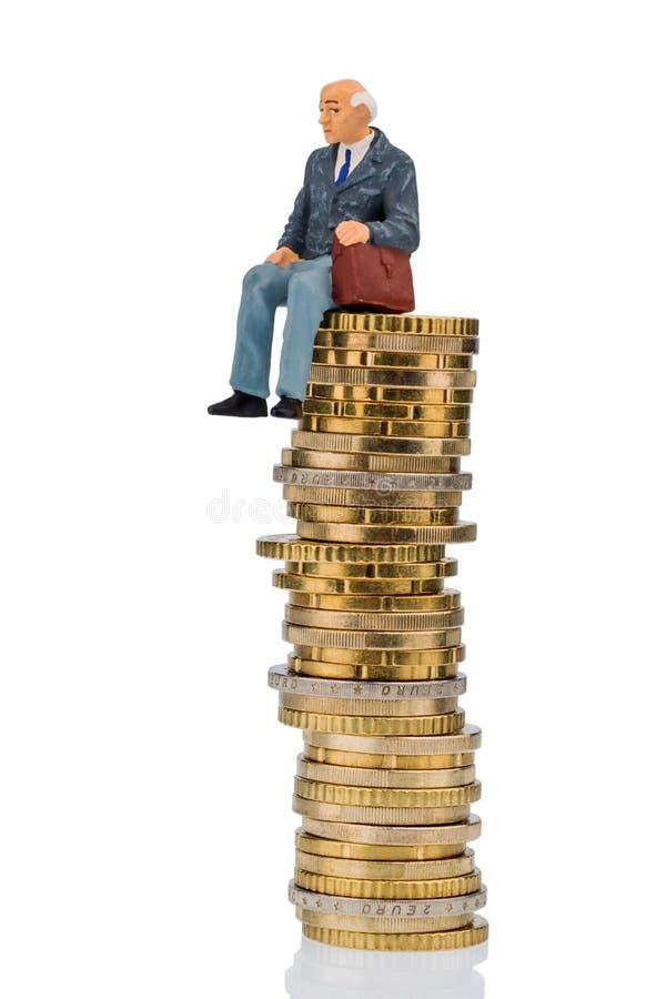De gepensioneerden die op contant geld zitten stapelen zich op royalty-vrije stock afbeelding