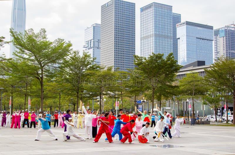 De gepensioneerden oefenen krijgskunstdans uit royalty-vrije stock foto's