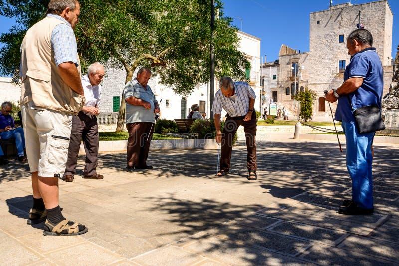 De gepensioneerden spelen in het vierkant stock foto