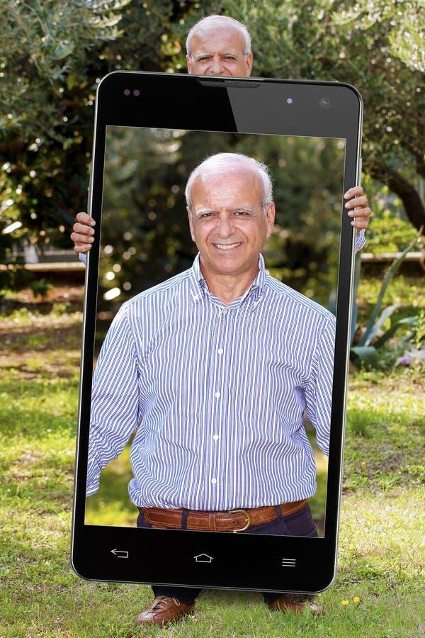 De Gepensioneerdetuin van Selfie Hogere Grote Smartphone stock afbeeldingen