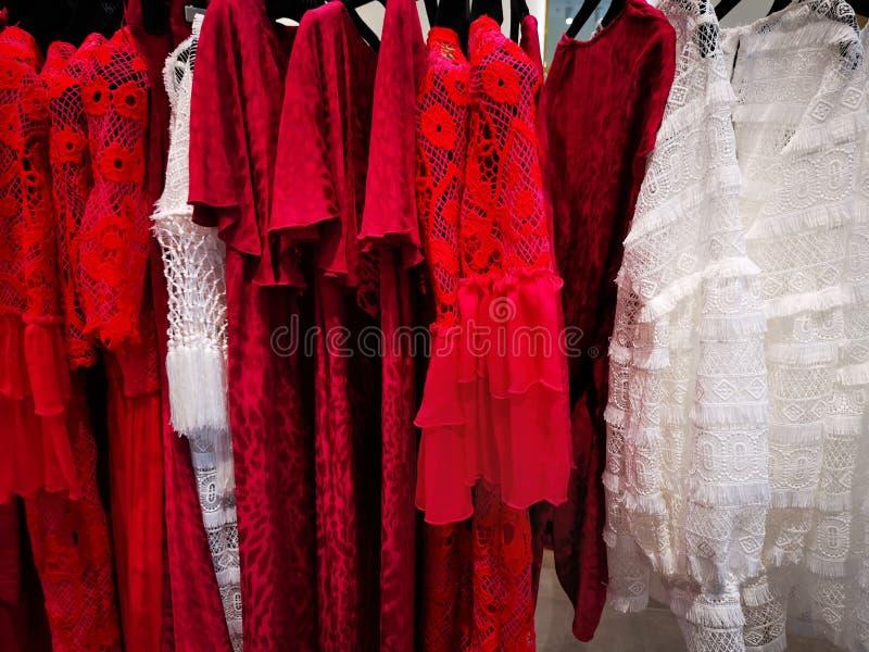De geregen zijde kleedt kleurrijk - de zomerkleding stock afbeeldingen
