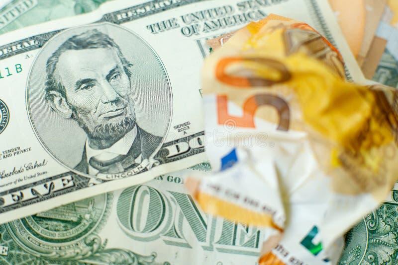 De gerommeerde biljet van 50 euro is op Amerikaanse dollar. Lincoln met een biljet van 5 dollar wordt meer dan 50 euro gemorst Va stock foto's