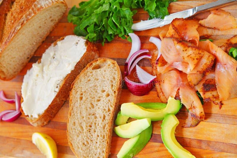 De gerookte ingrediënten van de zalmsandwich stock foto