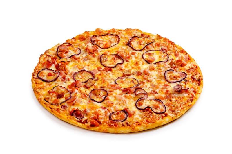 De gerookte kippenpizza, bacon, pomodorosaus, tabajan deegwaren, rode ui, kaas, maakt groen royalty-vrije stock afbeeldingen