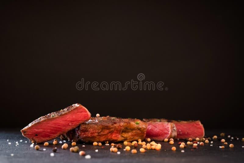 De geroosterde achtergrond van het lapje vleeskruiden van het vleesrecept zeldzame stock fotografie