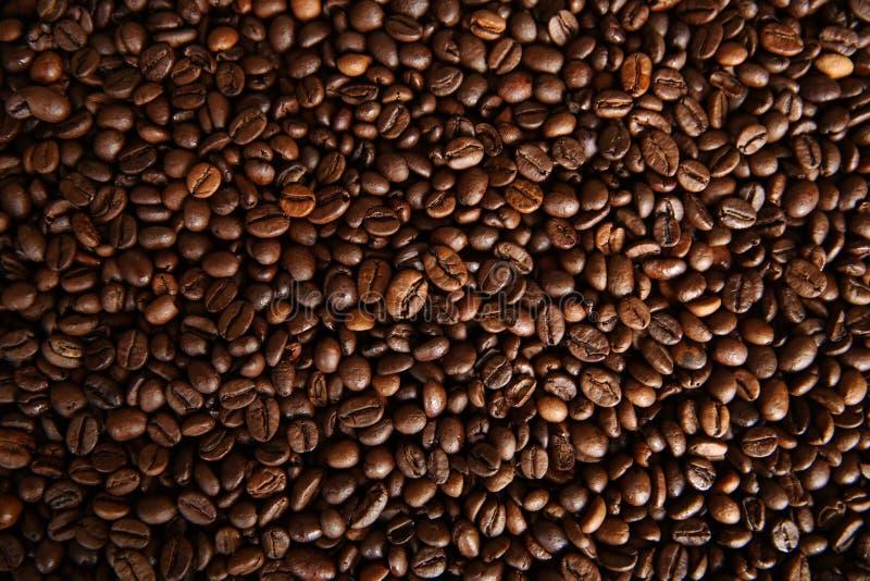 De geroosterde achtergrond van koffiebonen stock foto's