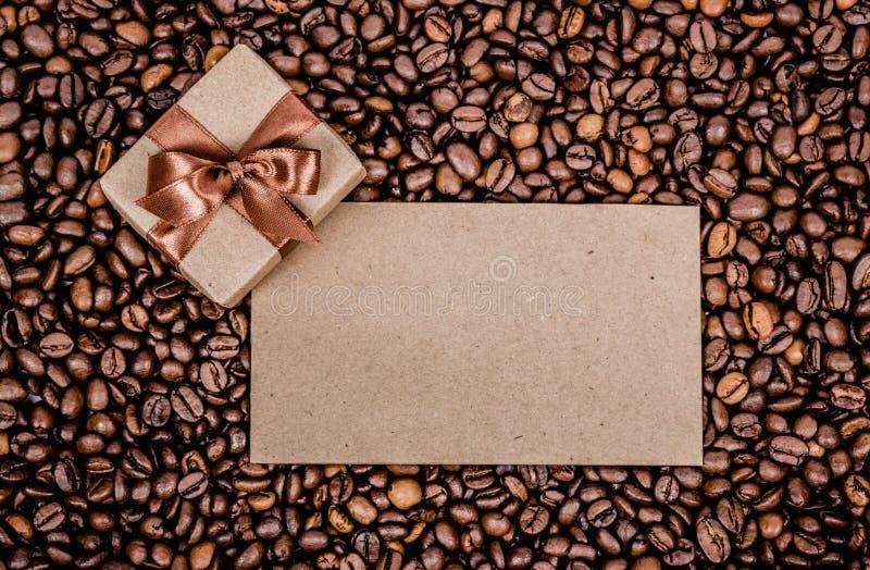 De geroosterde achtergrond van koffiebonen Giftvakje, brief en koffie De ruimte van het exemplaar scrapbook stock afbeeldingen