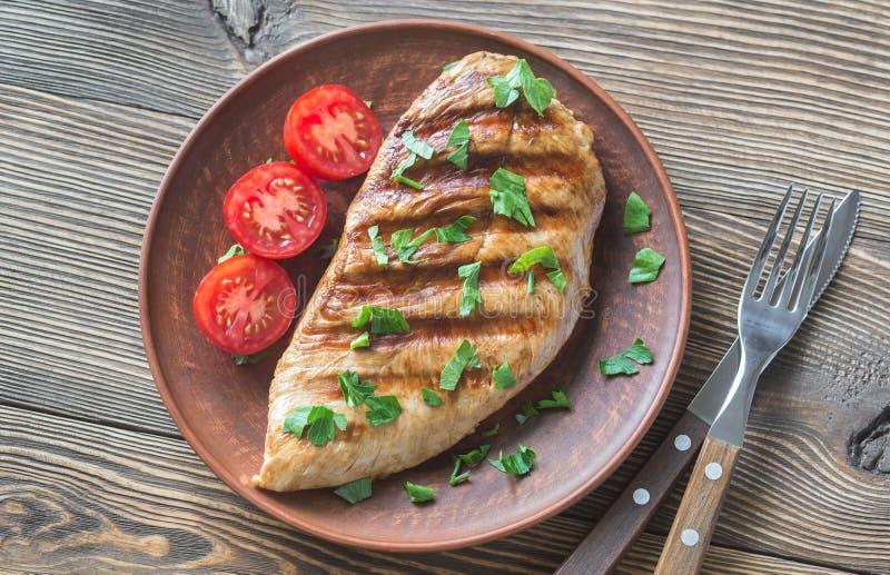 De geroosterde borst van Turkije met peterselie en tomaten stock foto