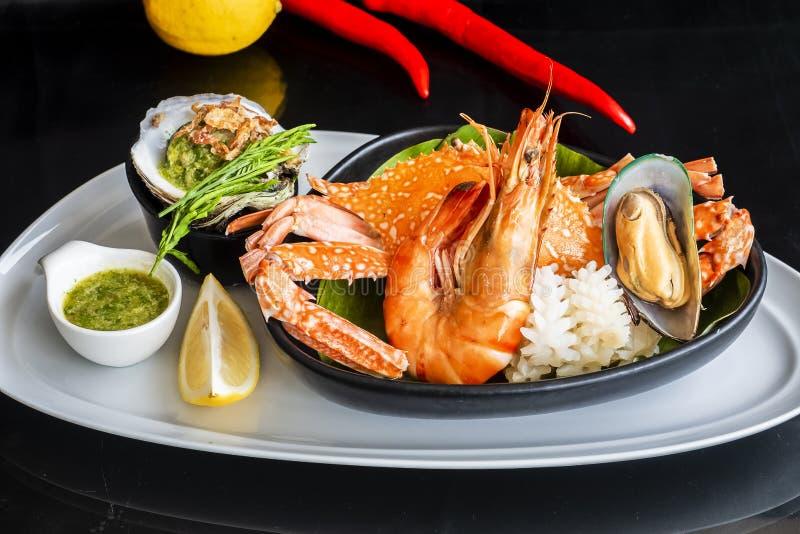 De geroosterde Gemengde Zeevruchten bevatten Blauwe Krabben, Mosselen, Grote Garnalen, Calamari-Pijlinktvissen met Kruidige Chili stock foto