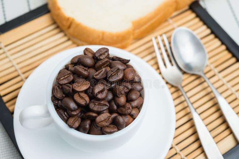 De geroosterde koffiebonen, kunnen als achtergrond worden gebruikt royalty-vrije stock foto