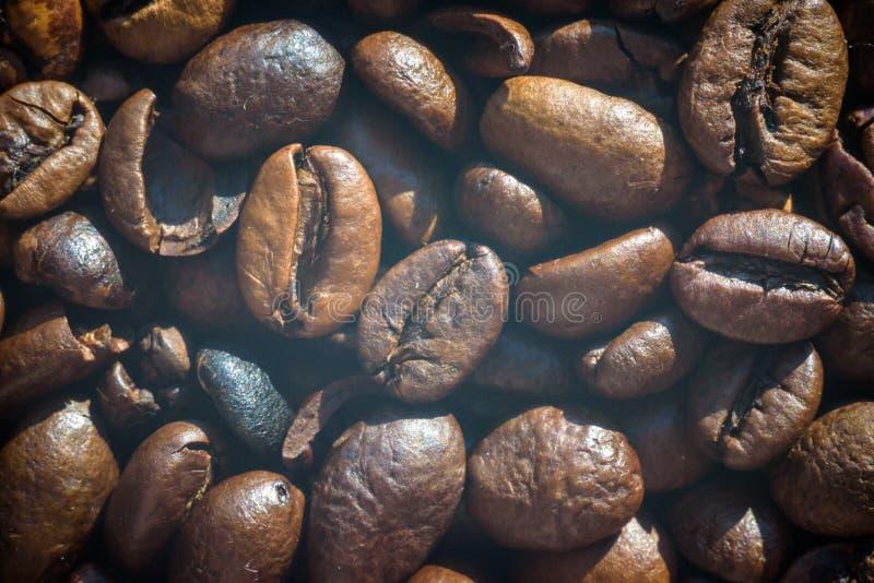 De geroosterde koffiebonen, kunnen als achtergrond worden gebruikt stock foto