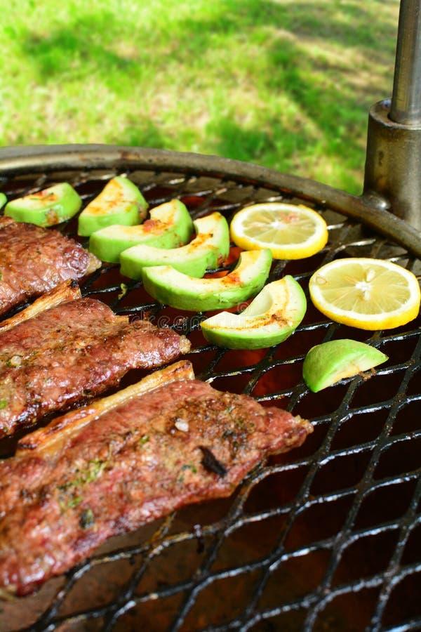 De geroosterde Salade van Rib Eye Steak en van de Avocado - een heerlijke keto dieetmaaltijd met een volledige voorbereidingsfoto stock foto