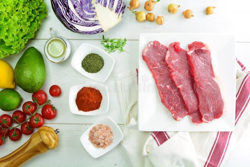 De geroosterde Salade van Rib Eye Steak en van de Avocado - een heerlijke keto dieetmaaltijd met een volledige voorbereidingsfoto royalty-vrije stock afbeeldingen