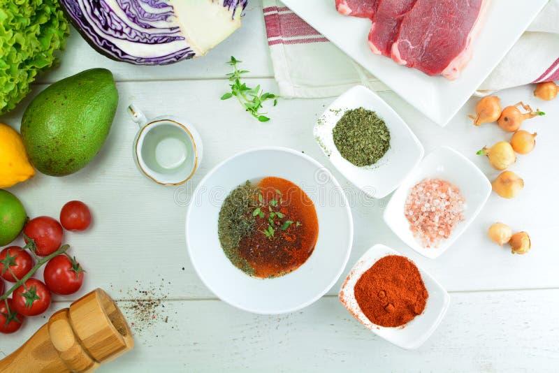 De geroosterde Salade van Rib Eye Steak en van de Avocado - een heerlijke keto dieetmaaltijd met een volledige voorbereidingsfoto royalty-vrije stock foto