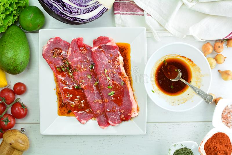 De geroosterde Salade van Rib Eye Steak en van de Avocado - een heerlijke keto dieetmaaltijd met een volledige voorbereidingsfoto royalty-vrije stock fotografie