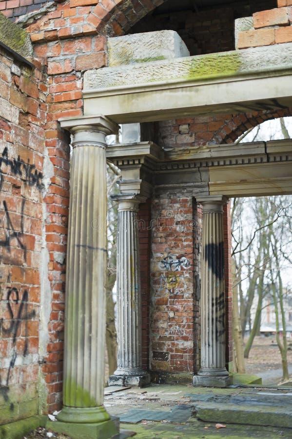 De geruïneerde kapel van rode baksteen met marmeren kolommen Dorische stijl royalty-vrije stock foto