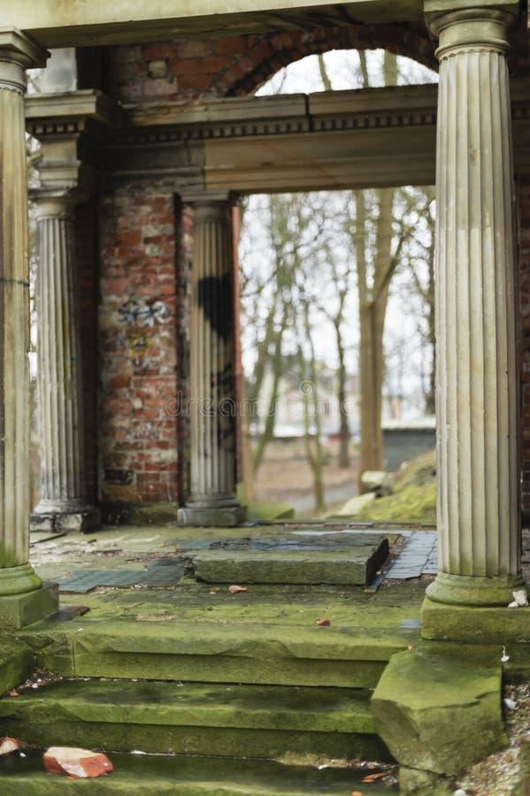 De geruïneerde kapel van rode baksteen met marmeren kolommen Dorische stijl stock afbeelding