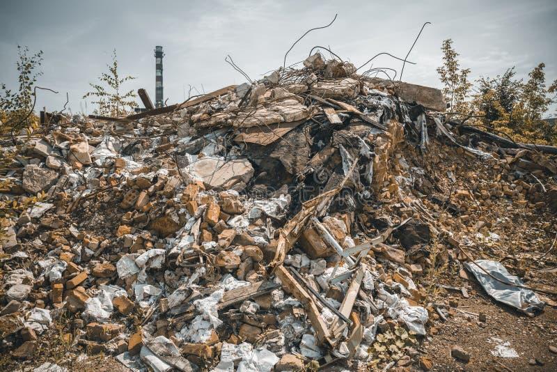 De geruïneerde rode die baksteenbouw door aardbeving of tornado of oorlog of andere ramp wordt vernietigd Vernietigd huis Puin, h stock afbeeldingen