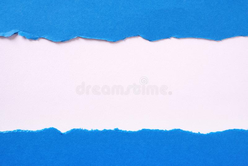 De gescheurde blauwe document vlak witte grens van de strook rechte rand stock foto