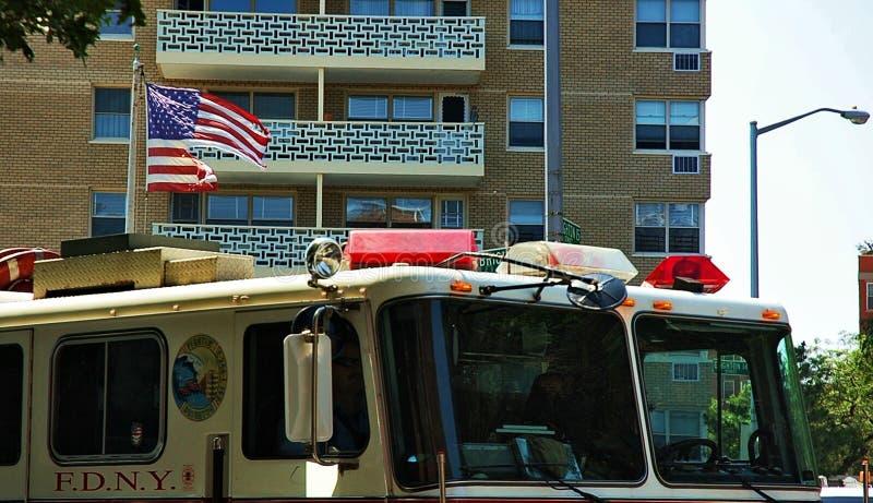 De gescheurde van de vlagbrandbestrijders van de V.S. van de de vrachtwagenwind bouwstad royalty-vrije stock foto