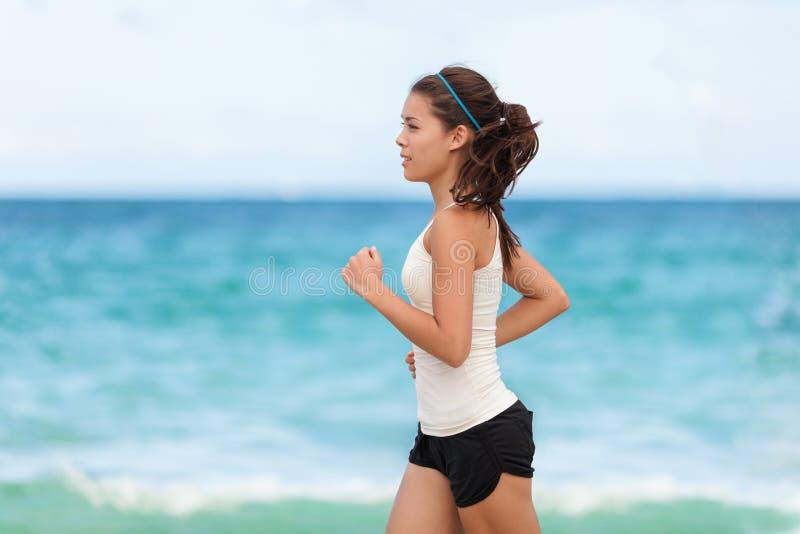 De geschikte jogging van de de vrouwenagent van de sportatleet lopende stock fotografie