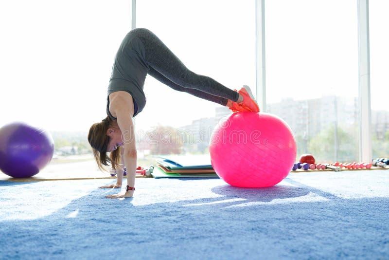 De geschiktheid van de vrouw mooie Kaukasische hogere vrouw die oefening met bal in gymnastiek doen Gezonde Levensstijl stock afbeeldingen