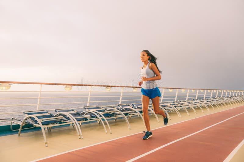 De de geschiktheidstraining van het cruiseschip stelt mensenlevensstijl in werking Vrouw die oefening op renbaan op Caraïbische v royalty-vrije stock foto
