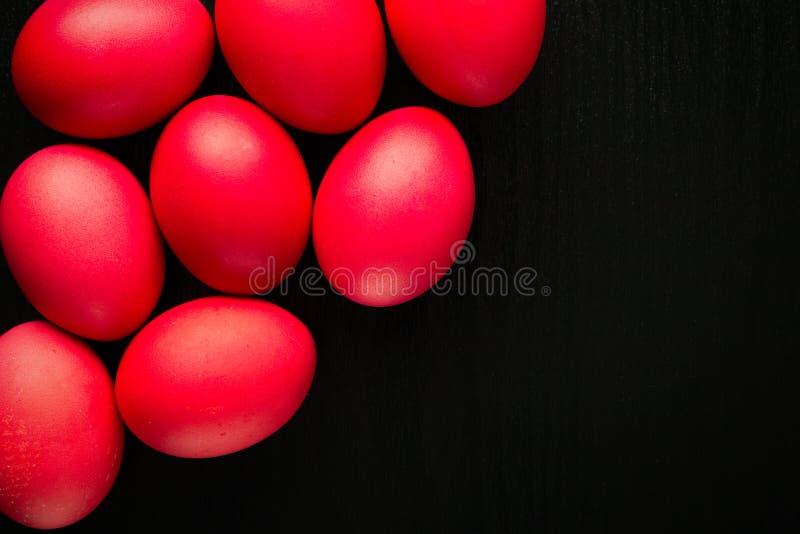 De geschilderde eieren van Pasen concept op zwart achtergrond en rood voor holi royalty-vrije stock foto's