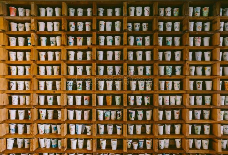 De geschilderde Koffiekoppen in de Houten Plank in het O'sulloc- gevestigde Museum, jeju-doen Eiland dichtbij Seogwangdawon, Zu stock illustratie