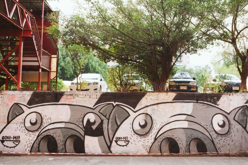 De geschilderde muren en de graffitikunst zijn verspreid in de oude straat royalty-vrije stock afbeeldingen