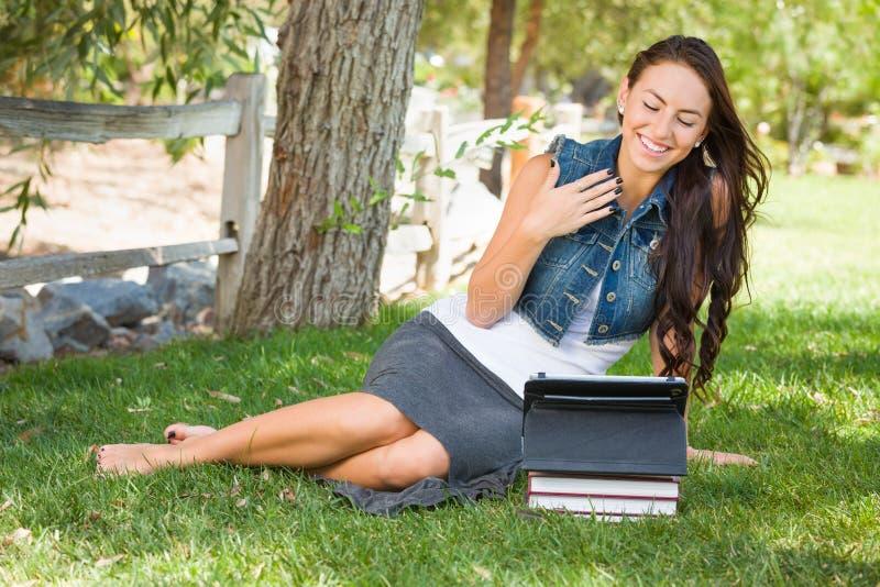 De geschokte Gemengde Computer van With Books Using van de Ras Jonge Vrouwelijke Student royalty-vrije stock fotografie