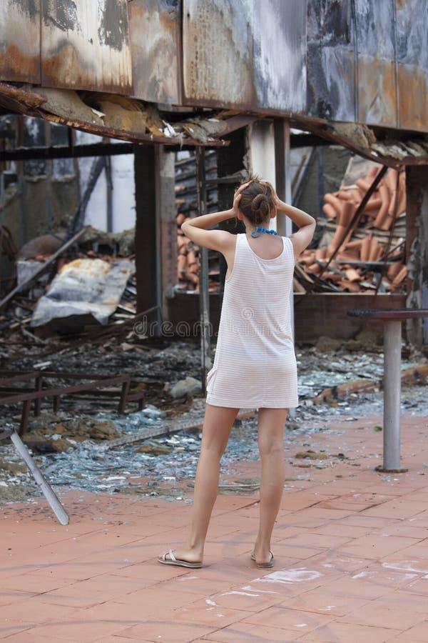 De geschokte vrouw en het uit:branden huisvesten royalty-vrije stock fotografie