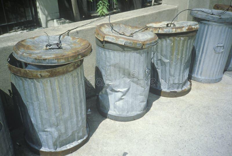 De geslagen en gedeukte vuilnisbakken van New York stock afbeelding