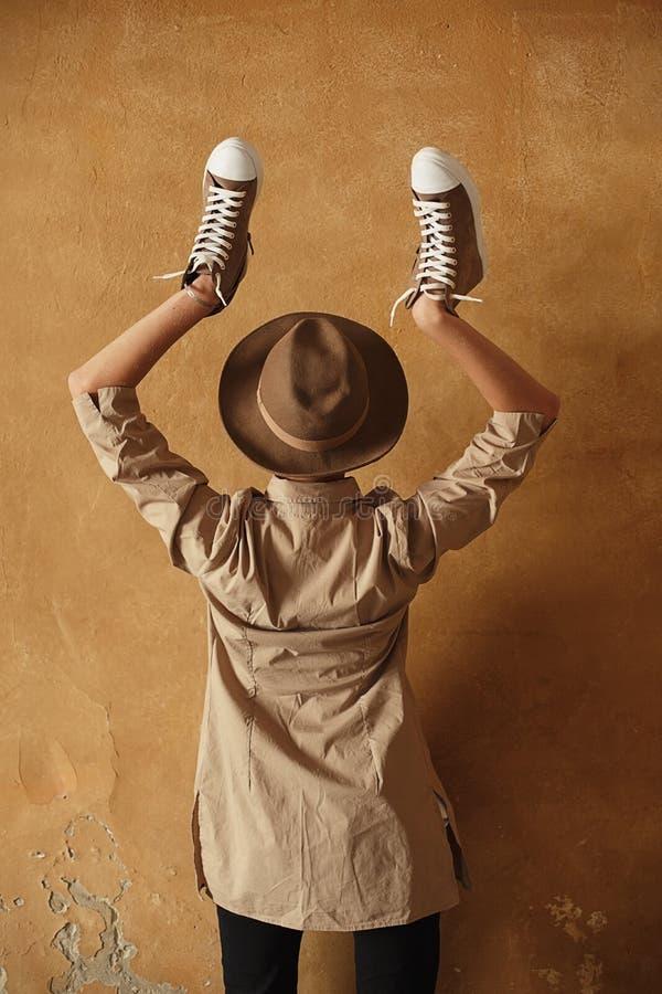 De gesloten het portretvrouw van de levensstijlmanier stelt het dragen van modieuze uitrusting en de hoed in de zomer, vreugde, o stock afbeeldingen