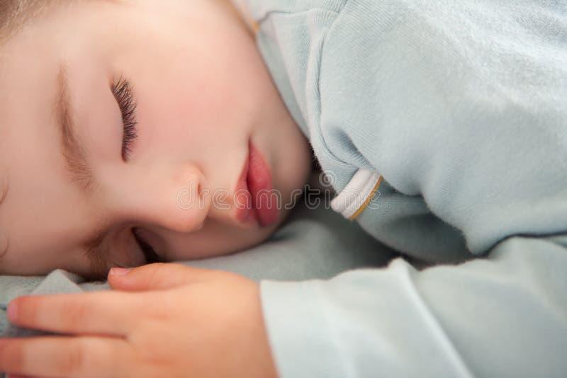 De gesloten ontspannen ogen van de babypeuter slaap royalty-vrije stock afbeeldingen