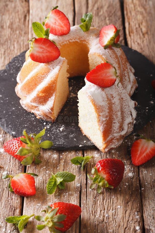De gesneden bundt cake met aardbeien verse organische natuurlijk ingred royalty-vrije stock foto