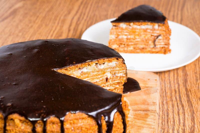 De gesneden cake van de chocoladeverjaardag stock foto's