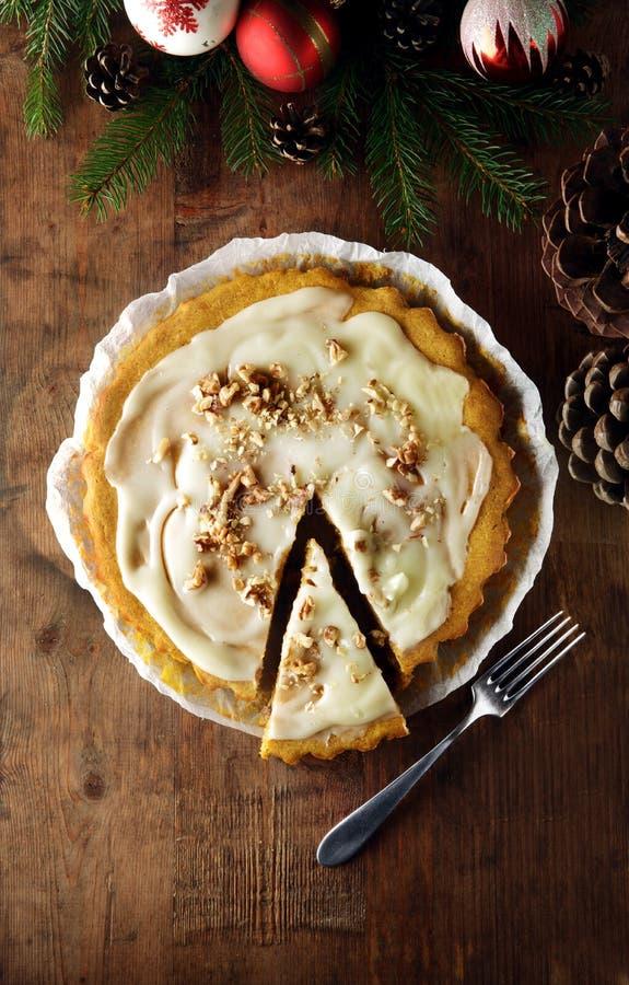 De gesneden cake van de Winterkerstmis voor ontbijt met slagroom stock afbeeldingen