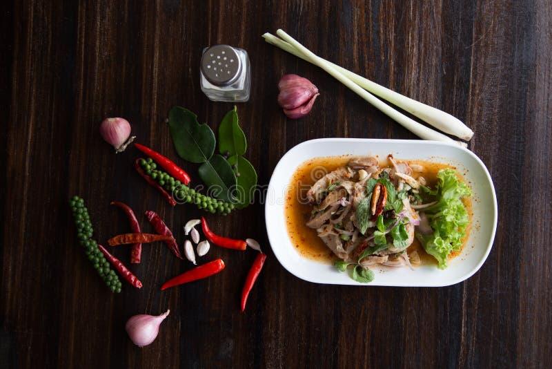 De gesneden geroosterde kruidige Thaise stijl van de varkensvleessalade stock afbeelding
