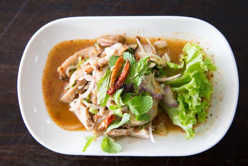 De gesneden geroosterde kruidige Thaise stijl van de varkensvleessalade royalty-vrije stock foto's